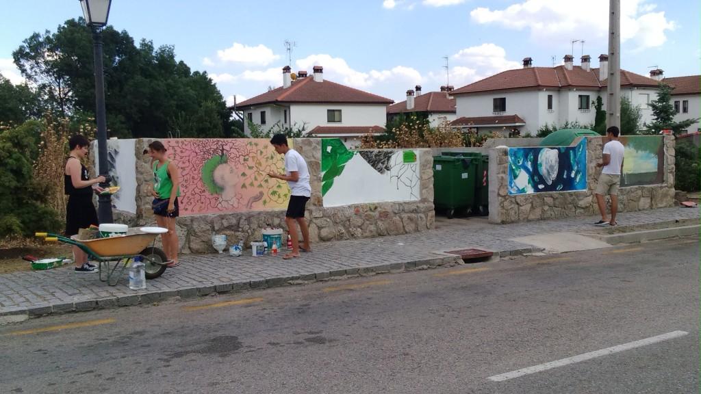 Decoración de las islas de contenedores por jóvenes europeos procedentes de un programa de intercambio